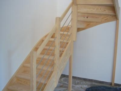 escalier demi tournant en pin de caroline à ballustres inox horizontales