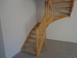escalier avec rampe à balustres bois