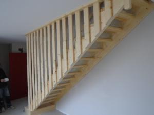 escalier droit avec rampe toute la hauteur