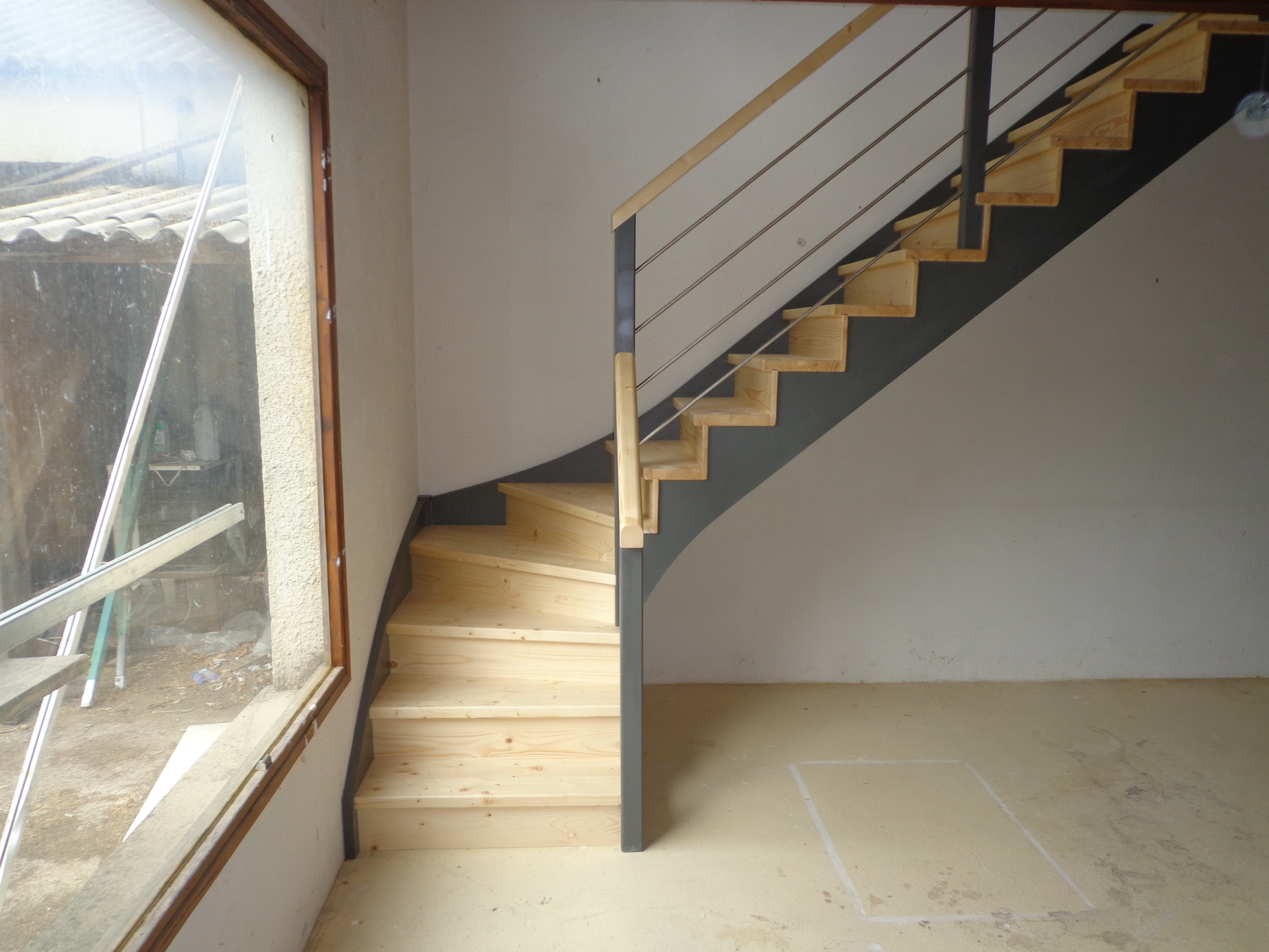 limon peints couleur fer, escalier à crémaillère