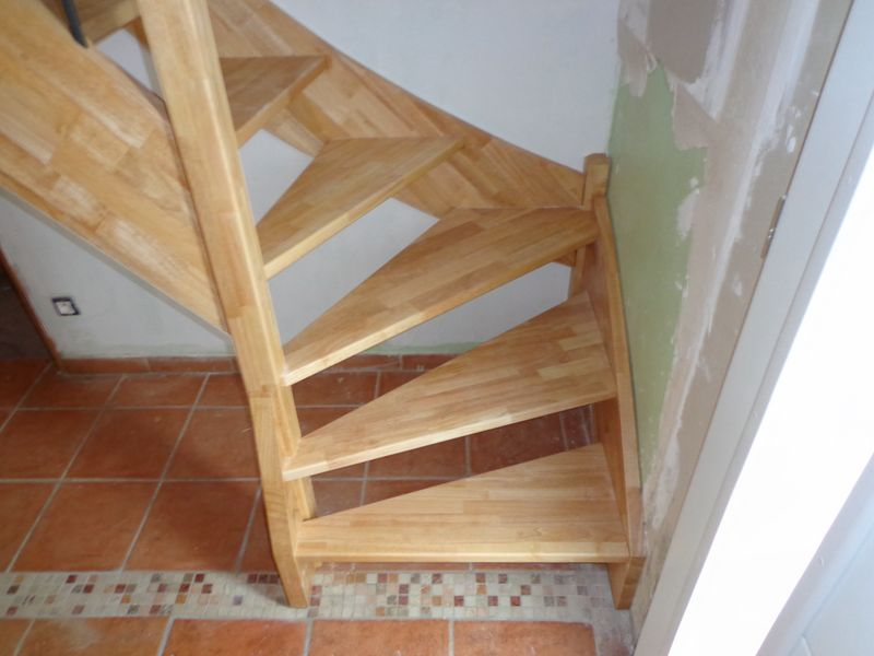 Escalier quart tournant en h v a vernis al s gard aigues for Escalier quart de rond